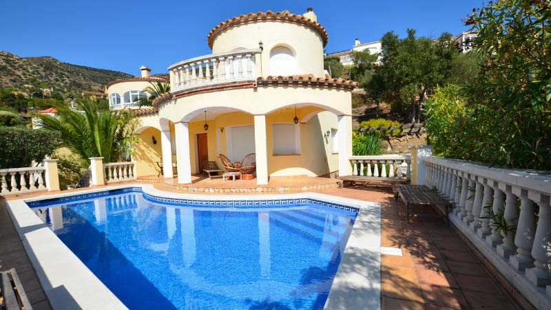 Attractive detached villa with swimming pool